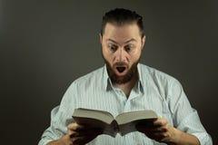 Homme occasionnel d'affaires avec un livre utilisant l'éducation pour surmonter des défis d'affaires images libres de droits