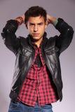 Homme occasionnel dans la jupe en cuir dans une pose de mode Images stock