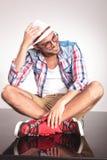 Homme occasionnel de mode s'asseyant avec ses jambes croisées Photo libre de droits