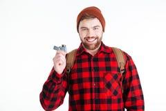 Homme occasionnel de sourire tenant l'allumeur de gaz photographie stock libre de droits
