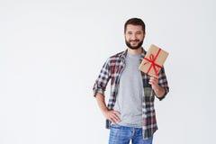 Homme occasionnel de sourire tenant la boîte actuelle dans des mains Photographie stock libre de droits