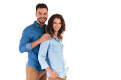 Homme occasionnel de sourire tenant la femme par des épaules Photographie stock libre de droits