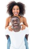 Homme occasionnel donnant à son amie de sourire un ferroutage Images stock