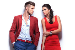 Homme occasionnel et femme de mode regardant l'un l'autre Photos stock