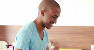 Homme occasionnel heureux à l'aide du comprimé numérique banque de vidéos