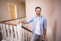 Homme occasionnel marchant vers le haut des escaliers Photos libres de droits