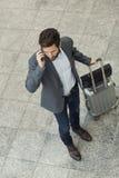 Homme occasionnel moderne d'affaires au téléphone portable dans l'aéroport de hall principal vi Image stock