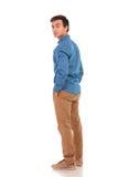 Homme occasionnel regardant en arrière au-dessus de son épaule Images stock