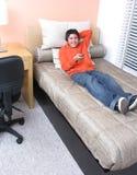 Homme occasionnel regardant la TV Photos libres de droits