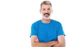 Homme occasionnel se tenant avec ses bras croisés Photos stock