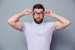 Homme occasionnel stupéfait regardant l'appareil-photo Images stock