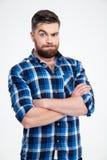 Homme occasionnel stupéfait se tenant avec des bras pliés Image libre de droits
