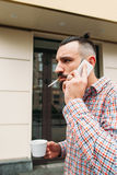Homme occupé parlant sur l'espace libre extérieur de téléphone Photos libres de droits