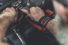 Homme occupé réparant son véhicule Photos libres de droits