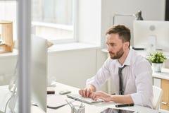 Homme occupé travaillant dur dans le bureau photographie stock