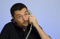 Homme occupé avec deux appels Images libres de droits