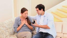Homme offrant une bague de fiançailles à son amie banque de vidéos