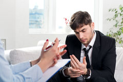 Homme opprimé parlant avec le psychologue photo libre de droits