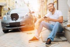 Homme optimiste écoutant la musique sur les étapes Photographie stock