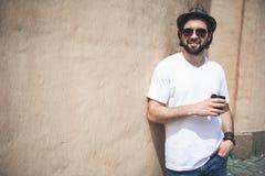 Homme ordonné prenant la pause-café sur la promenade images libres de droits