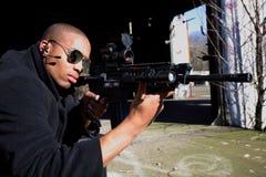 Homme orientant le fusil Images stock