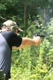 Homme orientant le pistolet - Sideview Image libre de droits