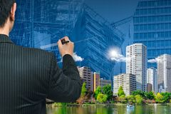 Homme ou architecture d'affaires dessinant la ville verte Photographie stock