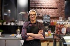 Homme ou barman heureux de vendeur au compteur de café photographie stock