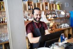Homme ou serveur heureux à la caisse de barre Images libres de droits