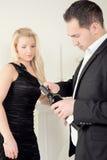 Homme ouvrant une bouteille de vin cher Photo stock