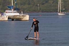 Homme paddleboarding Photographie stock libre de droits