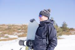 Homme paisible avec le surf des neiges Photographie stock