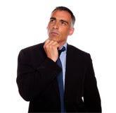 Homme paisible et r3fléchissant touchant le menton images stock