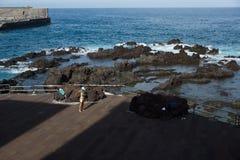 Homme par l'océan photographie stock libre de droits