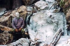 Homme par la cascade congelée Photographie stock libre de droits