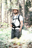 Homme par la forêt Photo stock