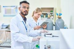 Homme par le matériel médical moderne image stock