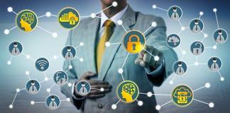 Homme parant des menaces de Cyber avec Cybersecurity Photos stock