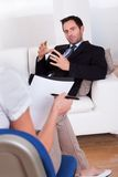 Homme parlant à son psychiatre Photo libre de droits