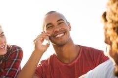 Homme parlant au-dessus du téléphone Image libre de droits