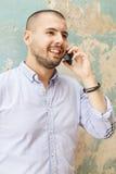 Homme parlant au-dessus du téléphone Photo stock