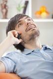 Homme parlant au téléphone à la maison Image libre de droits