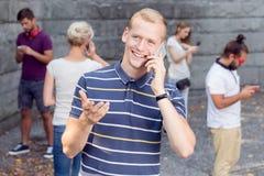 Homme parlant au téléphone Photographie stock libre de droits