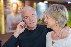 Homme parlant au téléphone mobile Photographie stock libre de droits