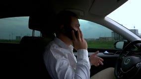 Homme parlant au téléphone portable dans la voiture clips vidéos