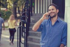 Homme parlant au téléphone Professionnel urbain occasionnel employant extérieur heureux de smartphone Photos libres de droits