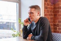 Homme parlant au téléphone Travail d'indépendant dans coworking moderne Programmeur au travail à distance Personnes réussies, hom images libres de droits