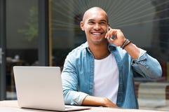 Homme parlant au téléphone Photographie stock