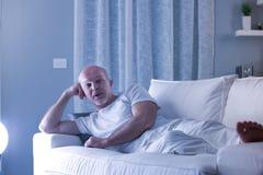 Homme parlant avec l'appareil-photo sur un sofa Images libres de droits