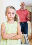 Homme parlant la petite fille unpleased photographie stock libre de droits